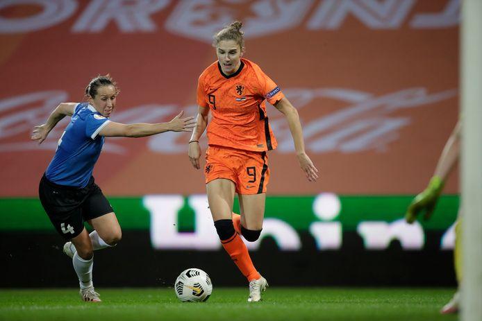 Vivianne Miedema troeft haar Estse tegenstander af.