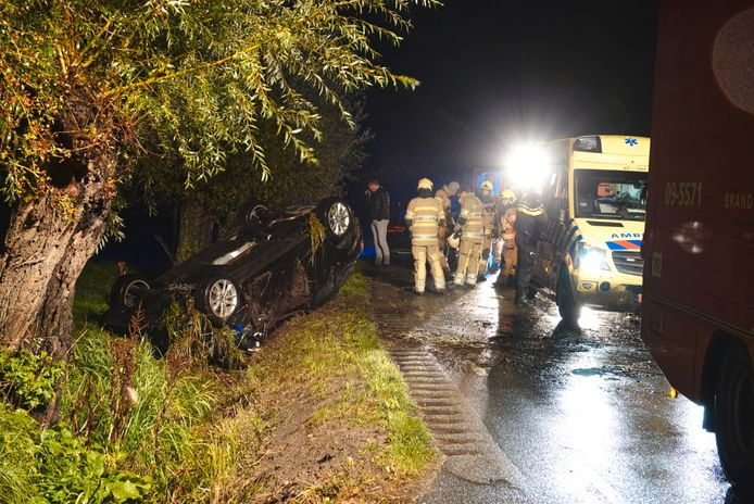 Auto over de kop in Ede