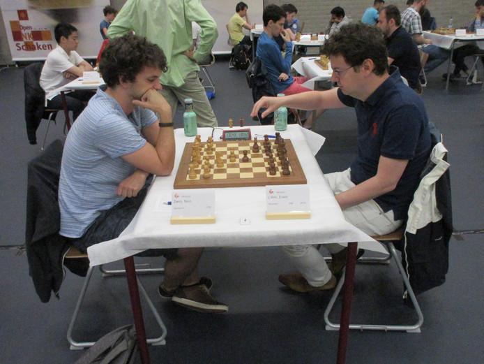 Erwin l'Ami (r) pakt tegen Nico Zwirs zijn derde zege op rij.