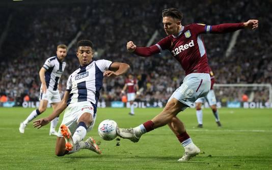 Mason Holgate probeert de voorzet van Aston Villa-captain Jack Grealish te keren.