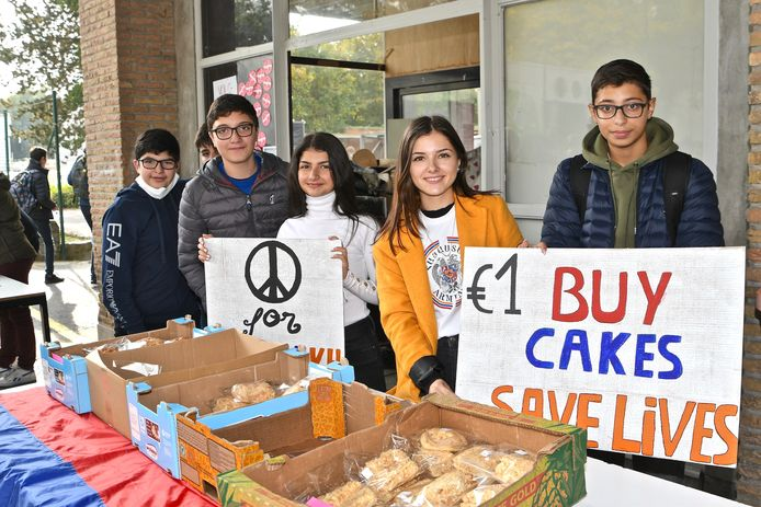 In het college worden er koekjes verkocht ten voordele van Armeense kinderen.