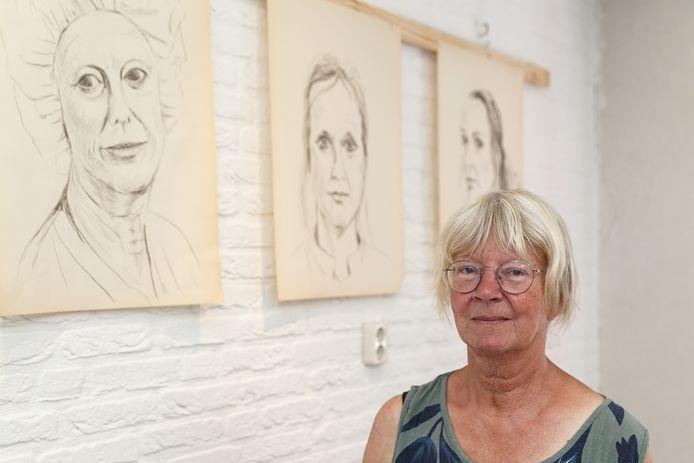 Nelleke Roessingh maakte tekeningen van vermoeide gezichten van zorgmedewerkers op de IC, geïnspireerd op foto's van Jiri Büller. Ze exposeert met haar tekeningen in de bibliotheek van Hasselt.