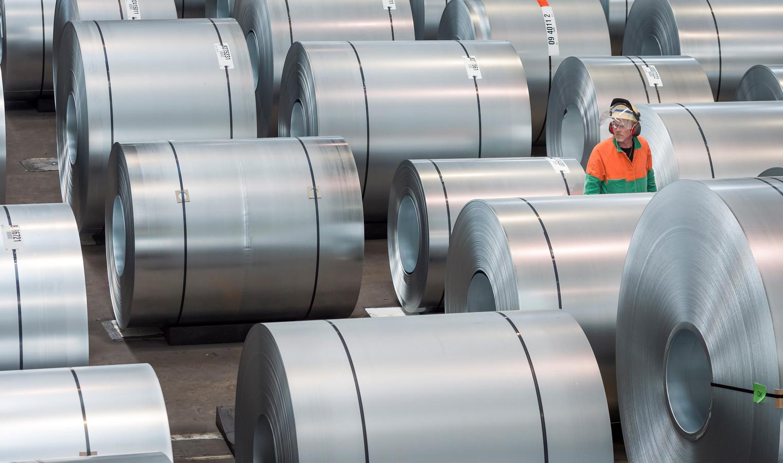 Rollen staal worden van een laag zink voorzien bijTata Steel.