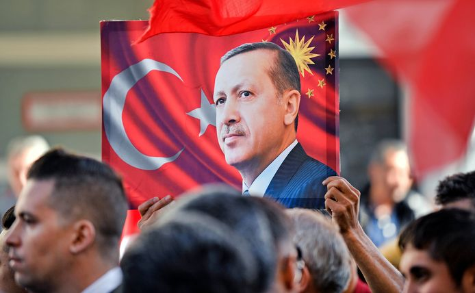 Erdogan-aanhangers troepen samen in de straten rond de moskee.