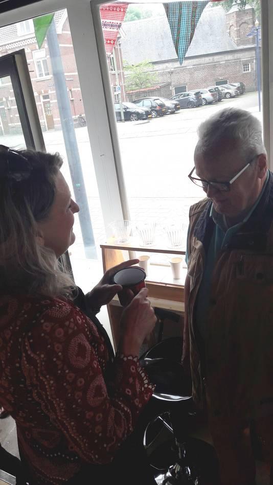 Bewoner Thijs Dammers krijgt de eerste kop koffie in koffiezaak De Camping in het brugwachtershuisje bij de Orthenbrug