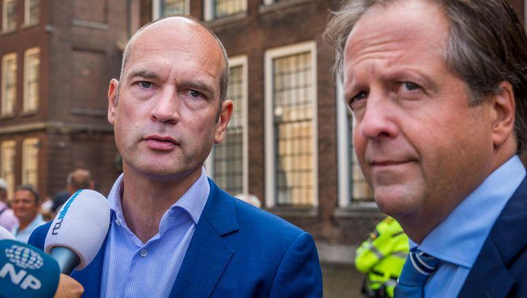 Gert-Jan Seegers en Alexander Pechtold op het Binnenhof na de formatiegesprekken met informateur Gerrit Zalm. Beeld anp