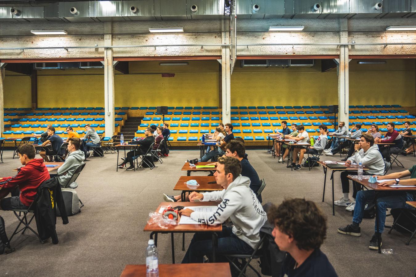Lessen in de sporthal van Odisee-hogeschool in Gent.