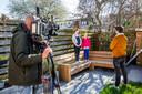 Verslaggever Bart Tuinman interviewt Mia (11) en Sun (8). Cameraman Jaap van Willigen moet ook op 1,5 meter afstand staan. FOTO SHODY CAREMAN