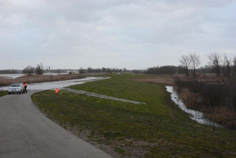 Rond 15.45 uur liep een eerste waterstroompje over de dijk.