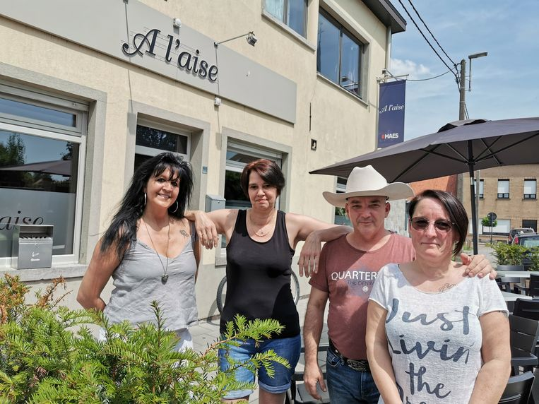 Initiatiefneemster Veerle Van Krunkelsven, café-uitbaatster Gonda Andries, zanger Micky Bronson en mama Tania Van Eylen.