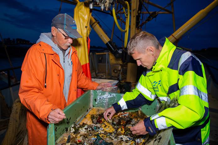 Roland van Aalderen (rechts) van Sportvisserij Nederland en Grad van der Marel (vrijwilliger) aan het werk op de Waal.