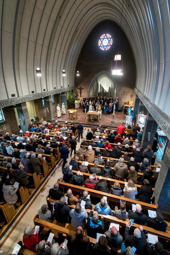 Een volle kerk tijdens de laatste mis in de OLV van Lourdeskerk.