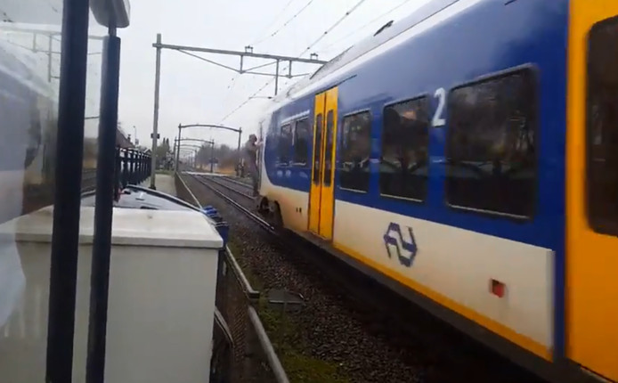 De treinsurfer komt aan op station Zevenbergen.