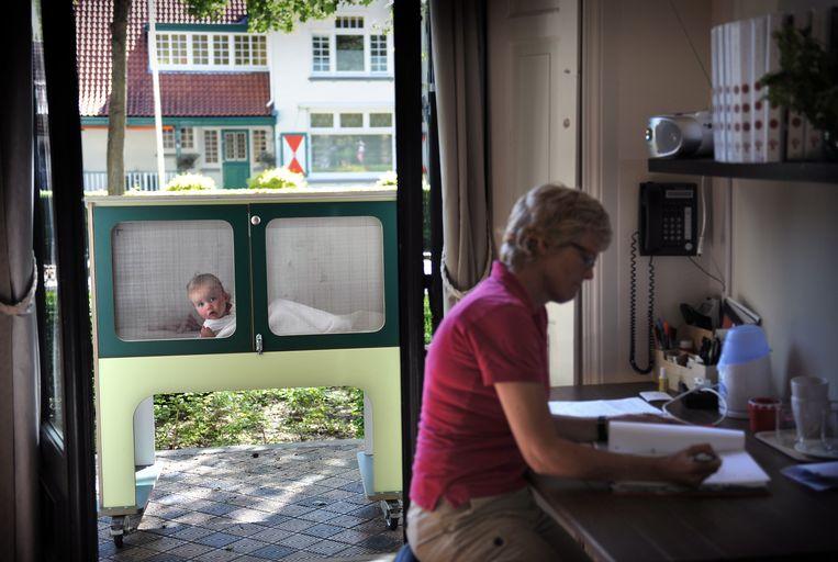 Een peuter in een bedje in een kinderopvang in Meppel.  Beeld Marcel van den Bergh / de Volkskrant