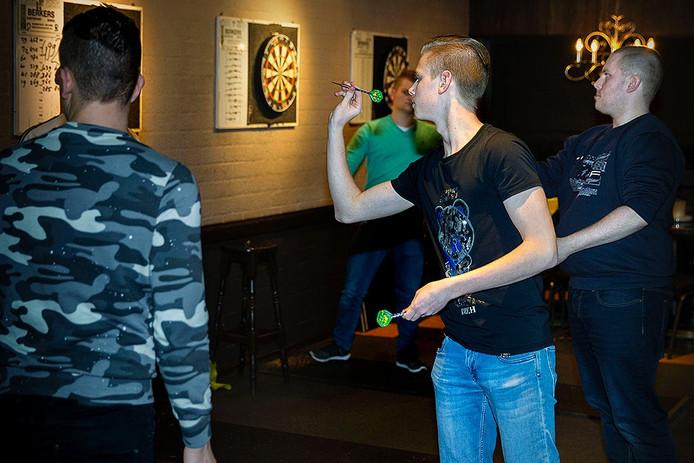Bij Snookertown in Helmond werd dinsdagavond volop gedart.