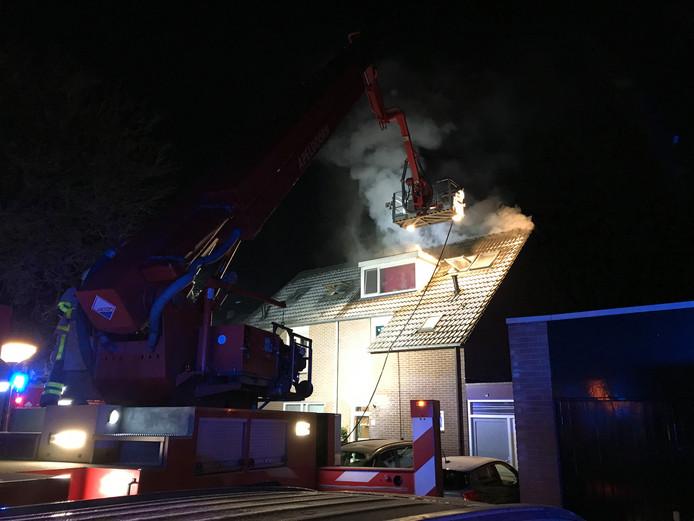 De woningbrand aan de Coba Ritsemastraat veroorzaakte veel rookontwikkeling.