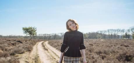 Stephanie Struijk zingt in Groede: 'Ik heb behoefte aan Nederlandstalige troostliedjes'