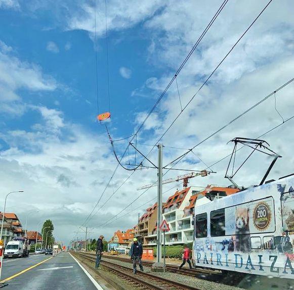 Een felle windsloot blies de ketting van de bouwkraan in de bovenleiding van de tramverbinding in Nieuwpoort.