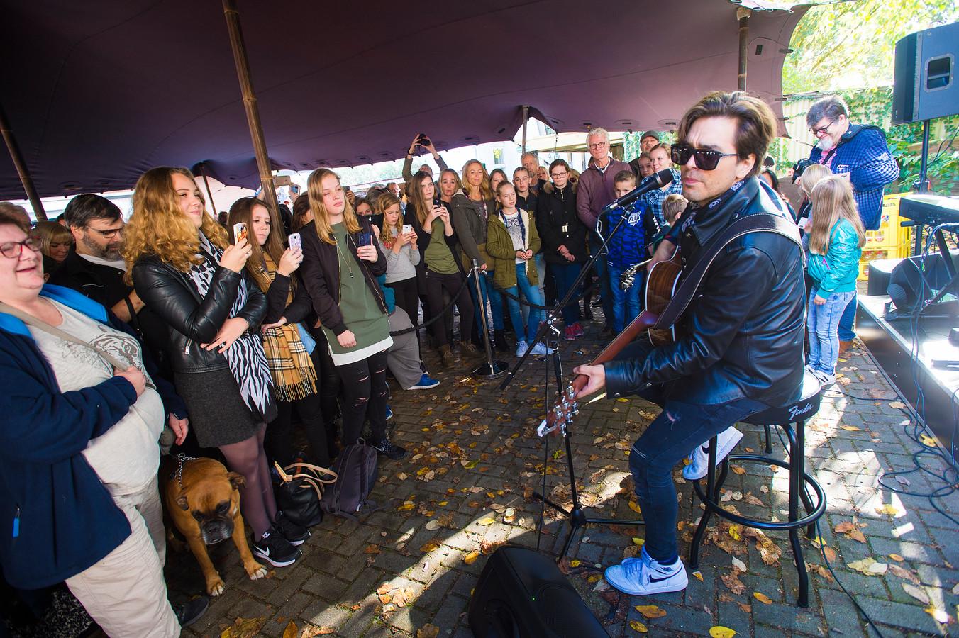 Waylon gaf in 2016 een miniconcert bij Keymusic aan de Asselsestraat in Apeldoorn.