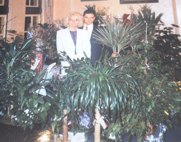 Sabrina en Mimmo tussen alle bloemen en planten die ze op de openingsreceptie hadden gekregen.