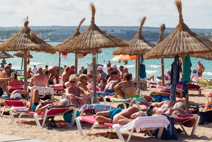 Toeristen op Palma de Mallorca. Vooral de Canarische eilanden en de Balearen zouden erg getroffen worden.
