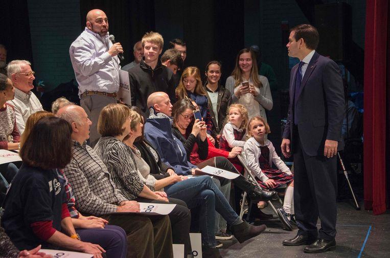 De Republikeinse kandidaat Marco Rubio in gesprek met een veteraan, tijdens zijn campagne in South Carolina. Beeld reuters