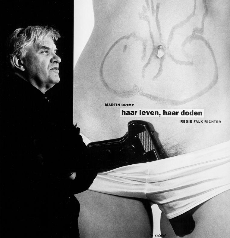 Anthon Beeke bij zijn affiche voor 'Haar leven, haar doden' van Toneelgroep Amsterdam, 1993.  Beeld Hollandse Hoogte/Willem Middelkoop