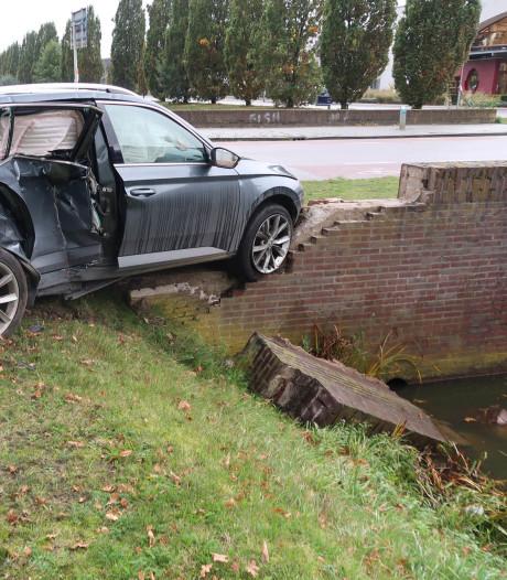 Veel schade aan twee auto's na botsing op kruising in Breda