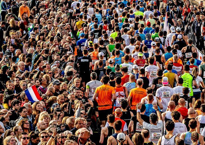 Rotterdam marathon 2019  De massa op de Erasmusbrug moedigt de lopers aan bij de start onderaan de Schiedamsedijk  foto ; Pim Ras