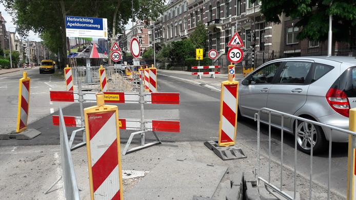 Wegwerkzaamheden op de kruising Apeldoornseweg-Sonsbeeksingel in Arnhem.