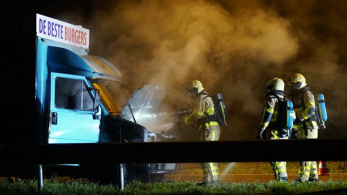 Een rijdende hamburgerkraam is dinsdagavond op de A1 bij Deventer in vlammen opgegaan.