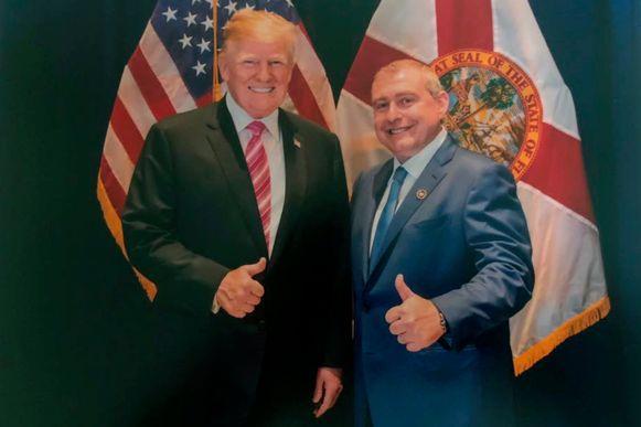 De Amerikaanse president Donald Trump met Lev Parnas, een goede bekende van Trumps persoonlijke advocaat Rudy Giuliani. Parnas is een van de spilfiguren in de Oekraïne-affaire.  Trump ontkent dat hij de man kent, hoewel er meerdere foto's van beide mannen samen bestaan.