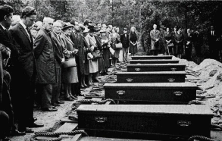De herbegrafenis van Peter Will (rechts) en zes medegevangenen uit Bergen-Belsen op 27 september 1966 op het Ereveld in Loenen. (FOTO'S PRIVÃ¿COLLECTIE FAMILIE WILL) Beeld