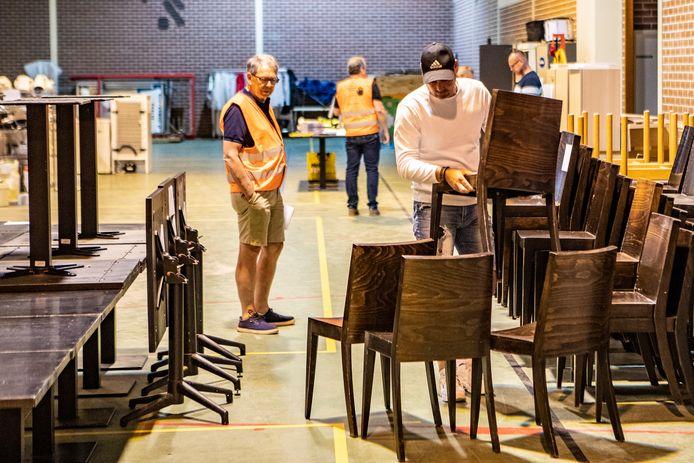 Veilingmeester Rien van der Hooft (oranje hesje): ,,Niet-leden krijgen volgende week nog een kans en anders gaat het naar opkopers die al een bod hebben gedaan.''