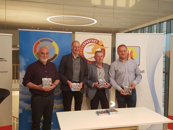 De boekvoorstelling vond plaats in de raadzaal van het gemeentehuis in Laakdal. V.l.n.r.: Theo Verdonck (bezieler Avalympics vzw), Jan Cuypers, auteur Jef Aerts en gewezen topzwemmer Dirk Boets.