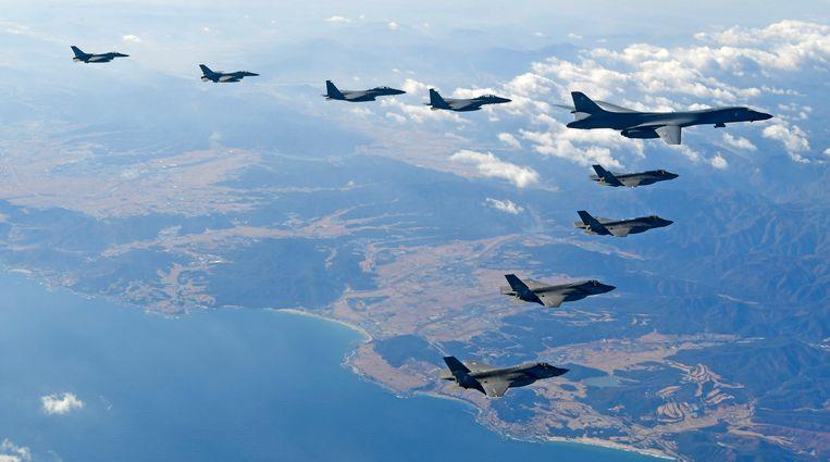 Zuid-Koreaanse F16 en F15K-gevechtsvliegtuigen, samen met een Amerikaanse B1-bommenwerper en F35A- en F35B-gevechtsvliegtuigen bij een oefening in december.