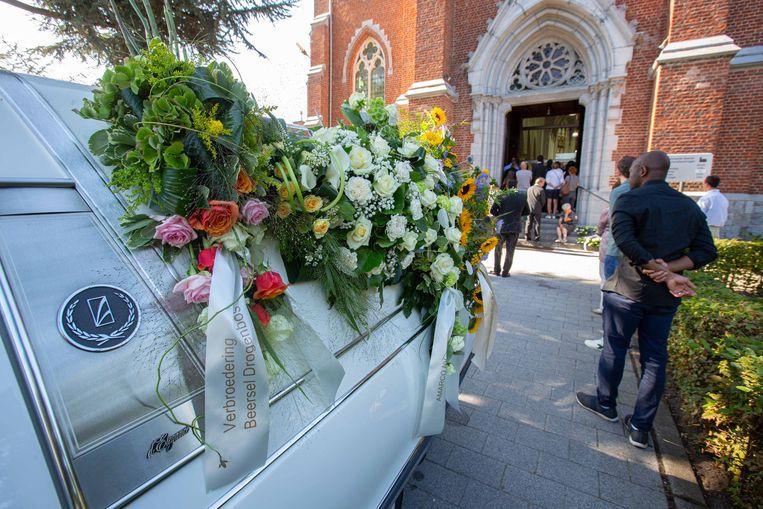 Meer dan duizend mensen hebben zaterdagochtend in de Sint-Gaugericuskerk in Dworp afscheid genomen van Sebbe De Man (10).