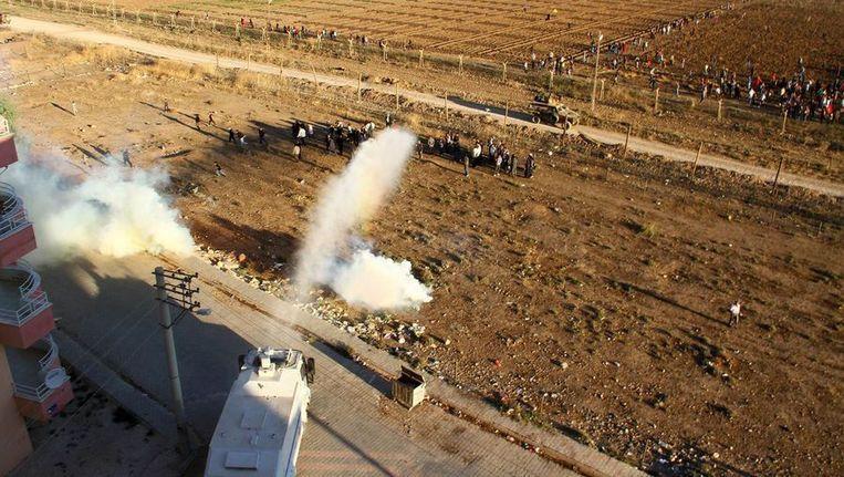 Twee weken geleden protesteerden Koerden ook al tegen de bouw van de muur. De Turkse politie zetten toen een waterkannon in. Beeld afp