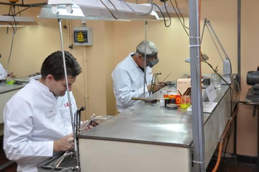 Werknemers aan de slag in de ateliers van juwelenbedrijf L&A, dat ermee stopt.