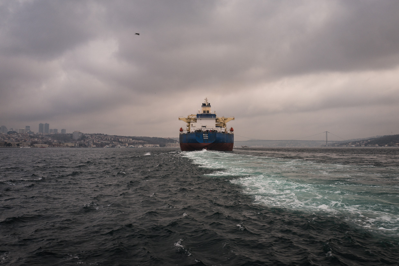 Een vrachtschip vaart over de Bosporus. Beeld Nicola Zolin