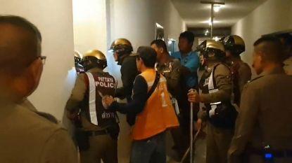 VIDEO. Tiental agenten toont hoe je een naakte man niét vangt in hotel in Pattaya