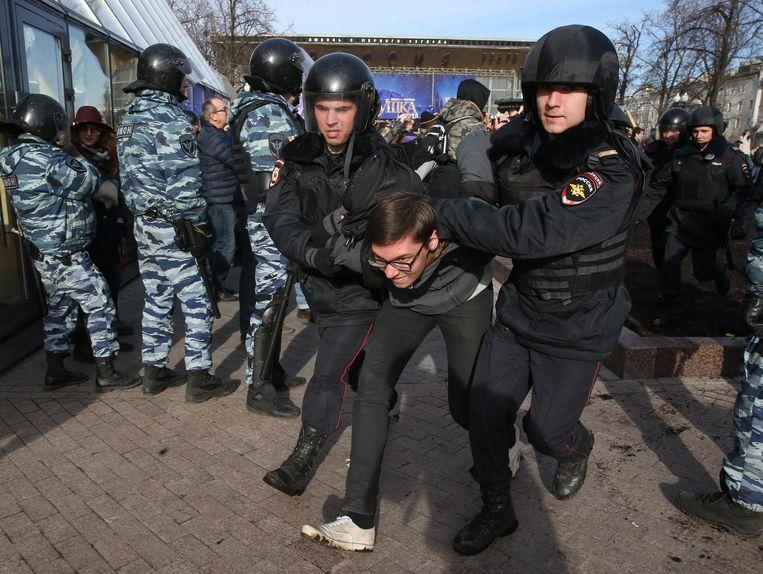Een demonstrant tegen Poetin wordt weggevoerd. Beeld getty