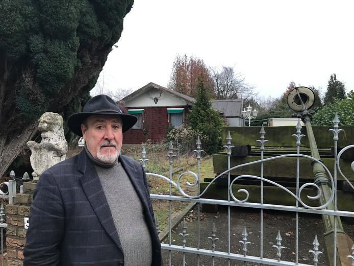 Bernard Verhaegh bij zijn voormalige woonwagen op Dennenoord in Winterswijk