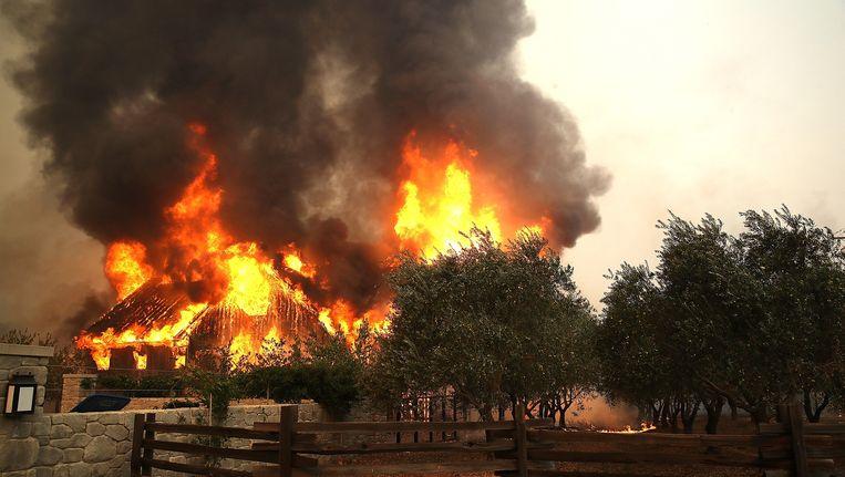Een boerderij in Glen Ellen staat in brand. Beeld afp