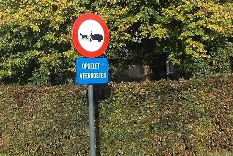 Aan het begin van de Kortseveld in Sint-Lievens-Houtem staat een verkeersbord dat wijst op de veerooster en de ontoegankelijkheid voor gespannen. wildrooster