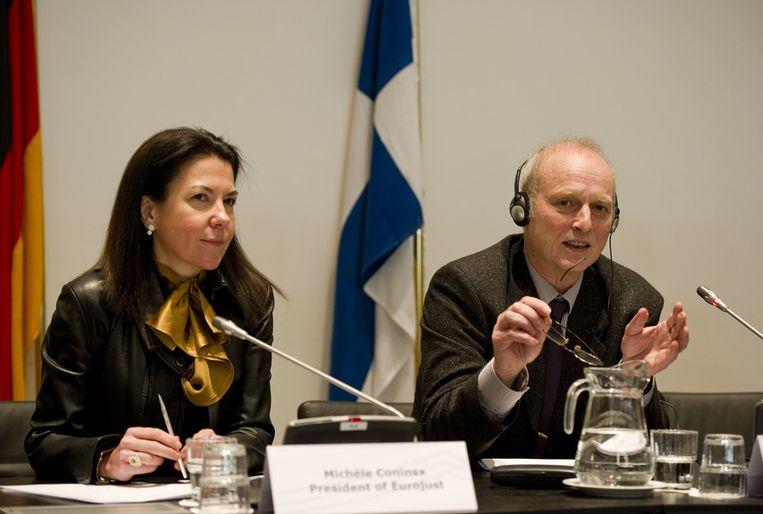 Friedhelm Althans (R), hoofd onderzoeker van de Duitse politie, en Michele Coninsx, president van Eurojust, tijdens de persconferentie over een grootschalig onderzoek naar match-fixing in het betaalde Europese voetbal. Beeld epa