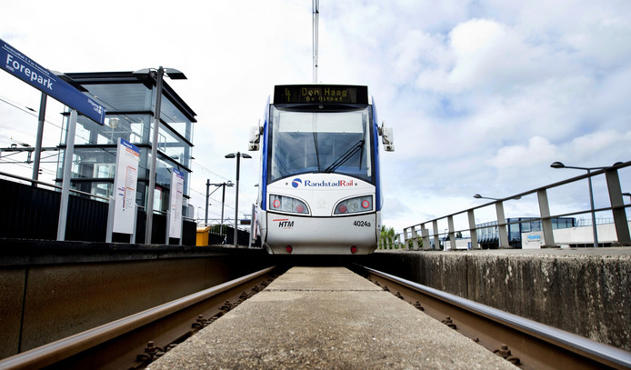 Een Randstadrailvoertuig bij station Forepark.