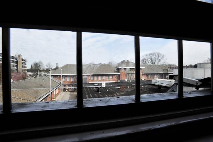 Zicht van binnenuit op het terrein van de Tilburgse gevangenis aan de Ringbaan Zuid