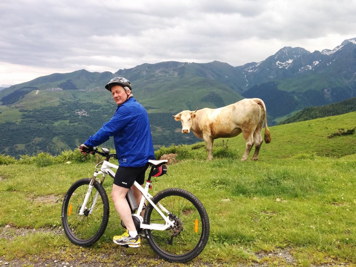 Egbert Jan Riethof besluit met een elektrische mountainbike de Tourmalet op te gaan. Het blijft wél hard werken, ondanks het motortje.