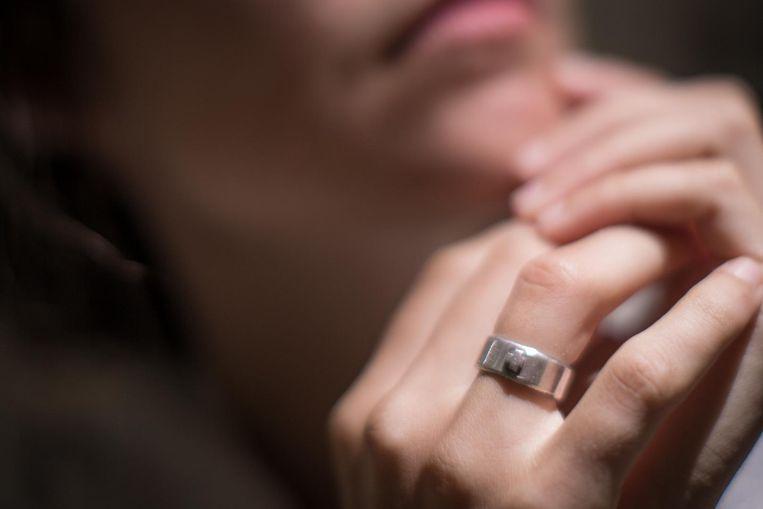 Haar ring maakt duidelijk dat ze al beloofd is aan een ander: aan Jezus.